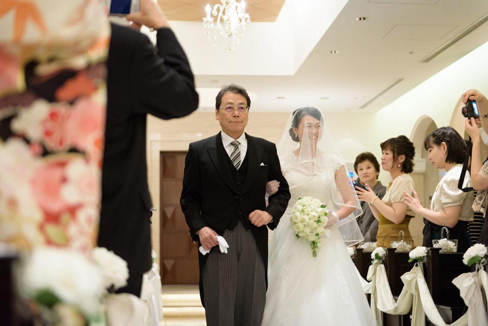 プリンチパーレのバージンロードを進む新婦とお父さん