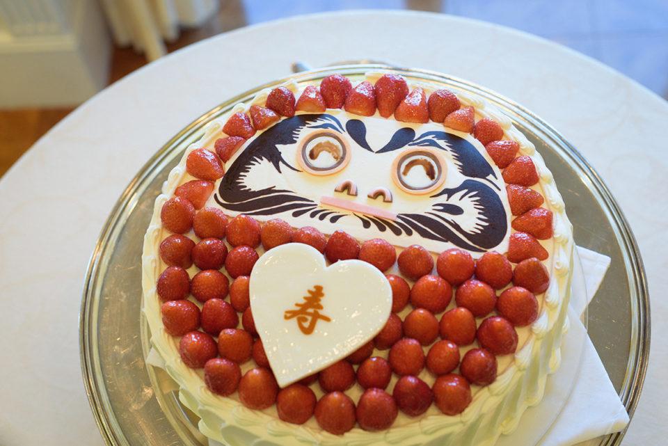 目を入れたダルマケーキ