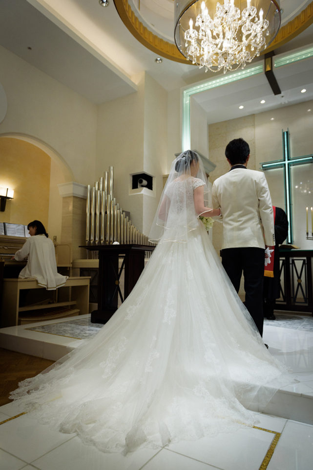 プリンチパーレの祭壇に立つ新郎新婦の後ろ姿