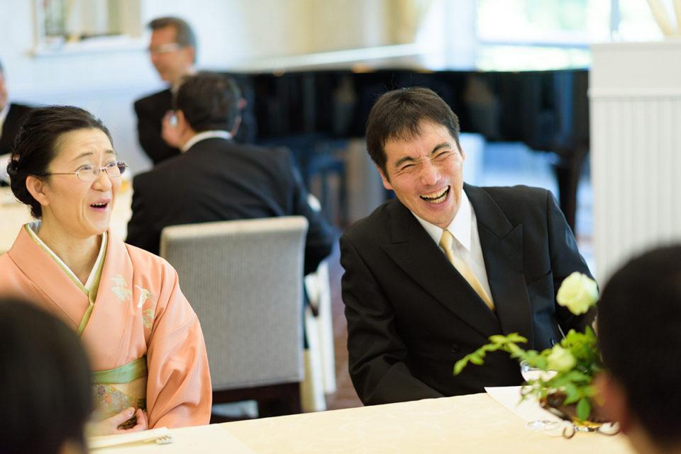歓談で大笑いする男性ゲスト