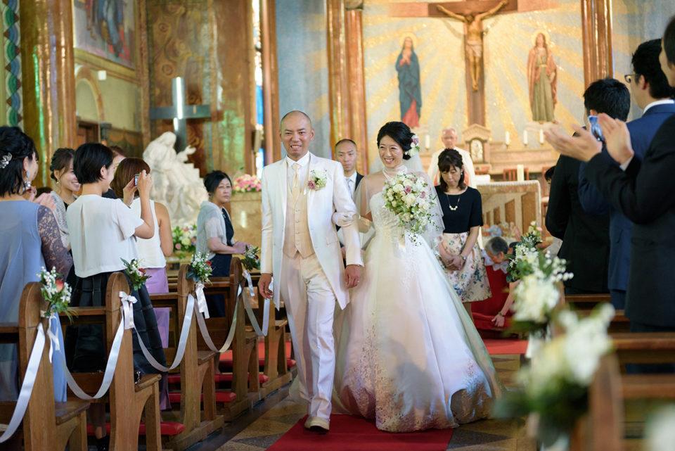 サレジオ教会のバージンロードを退場する新郎新婦