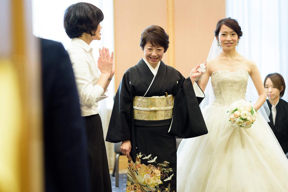 ウェスティンホテル東京で挙式リハーサルをする新婦とお母さん