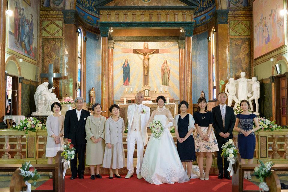 サレジオ教会の挙式後に記念撮影をする新郎新婦と親族