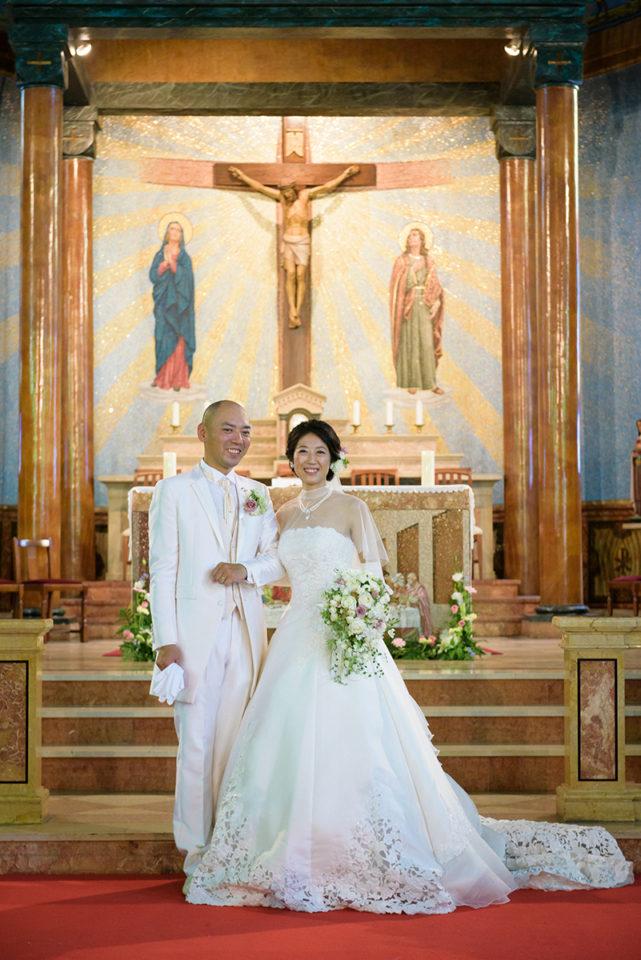 サレジオ教会の中でポーズ写真を撮る新郎新婦