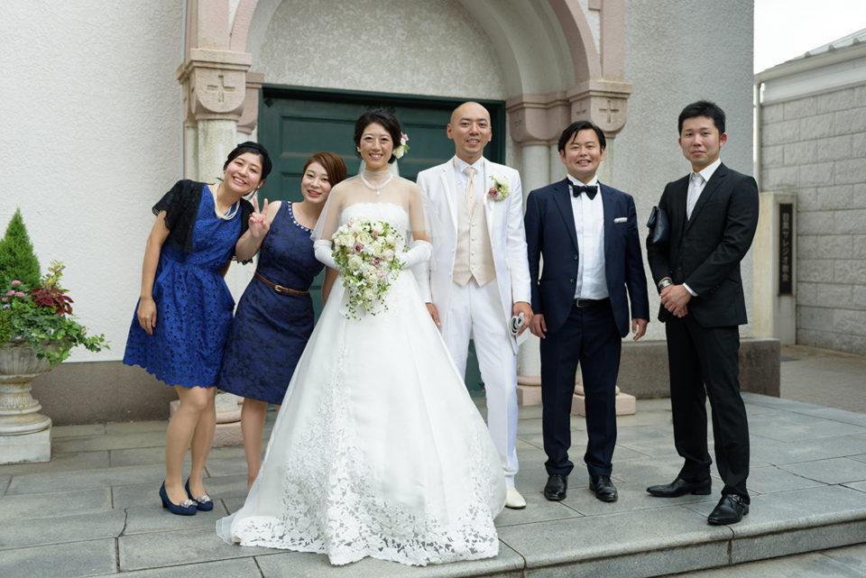 サレジオ教会の前での新郎新婦とゲストとの記念写真