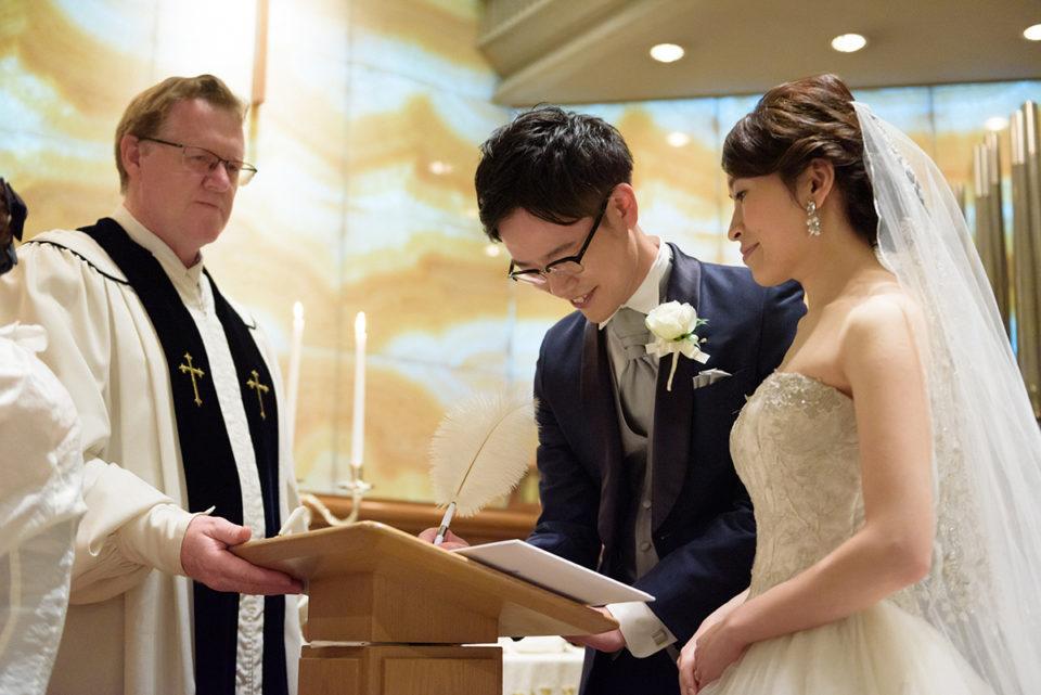 挙式で署名をする新郎