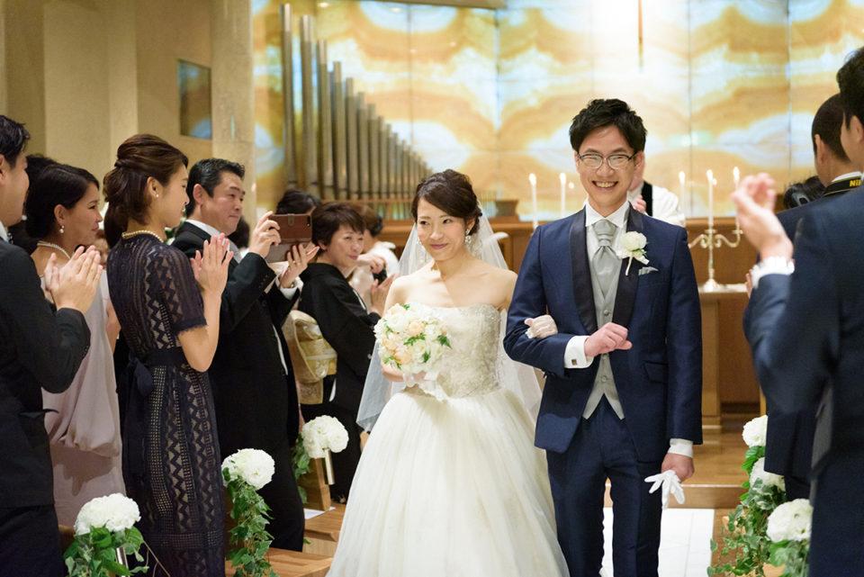 ウェスティンホテル東京のチャペルを退場する新郎新婦