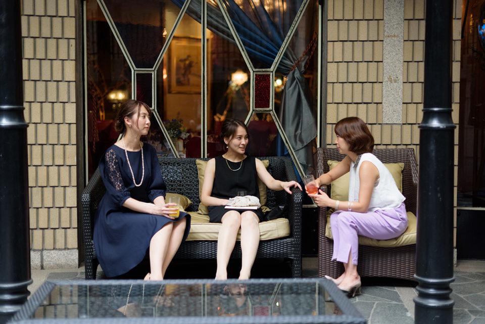 代官山タブローズの外のベンチで開宴を待つ女性ゲスト