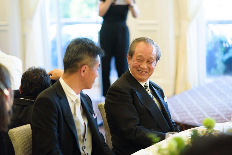 ゲストのスピーチで微笑む男性ゲスト