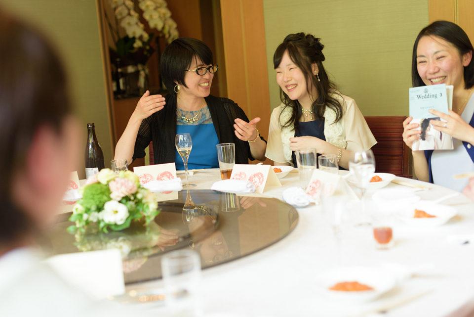 新郎新婦と歓談して笑う女性ゲストたち