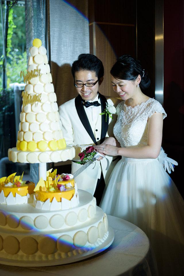ホテルニューオータニでケーキカットをする新郎新婦