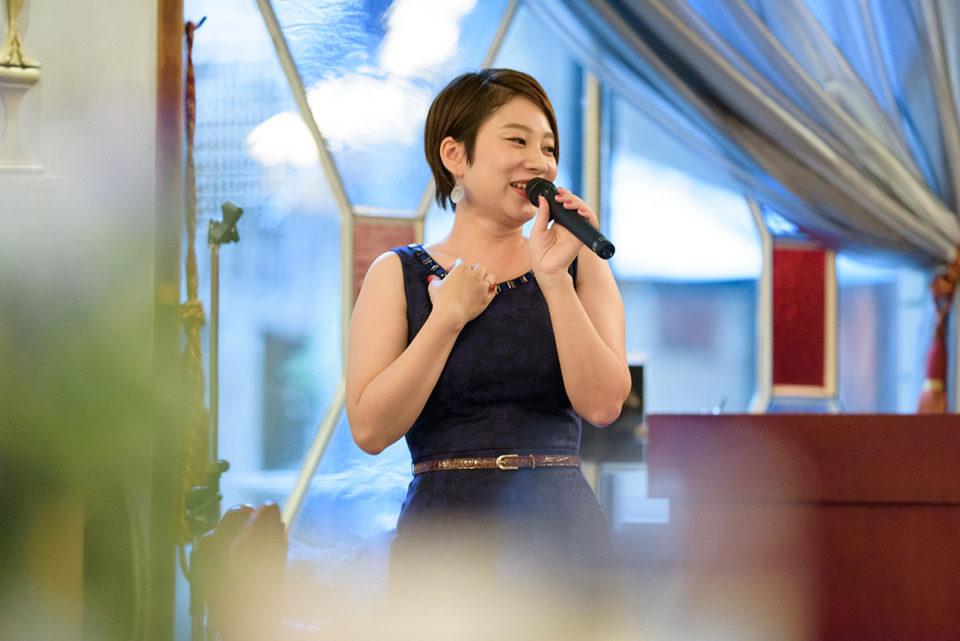 スピーチをする女性ゲスト