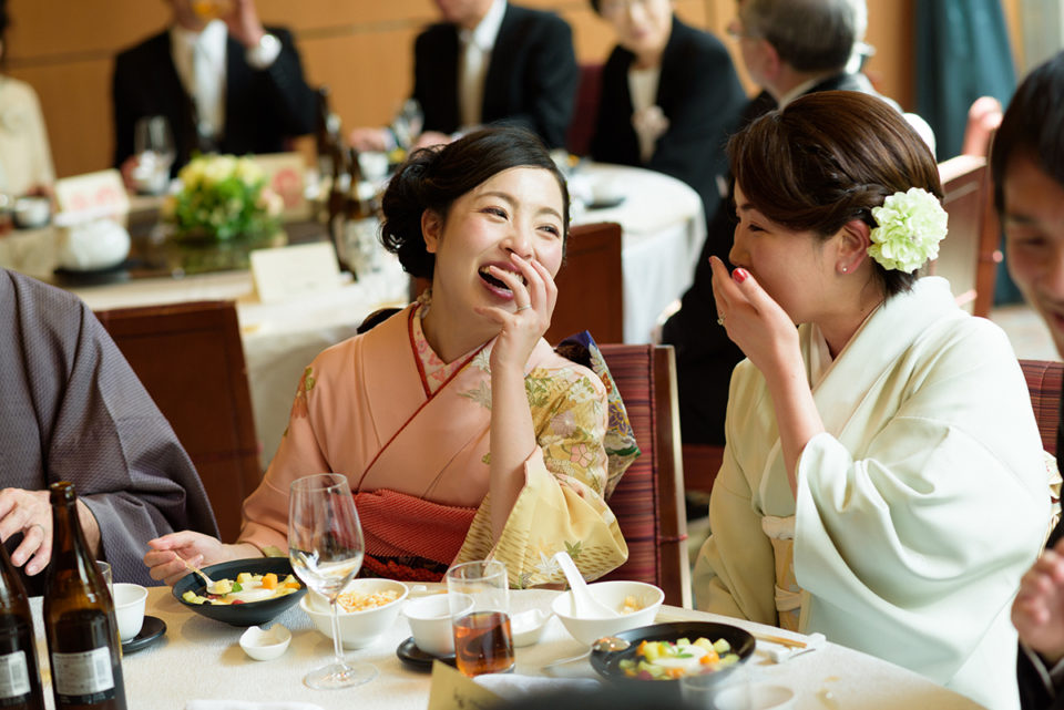 笑いながら言葉を交わす新婦とゲスト