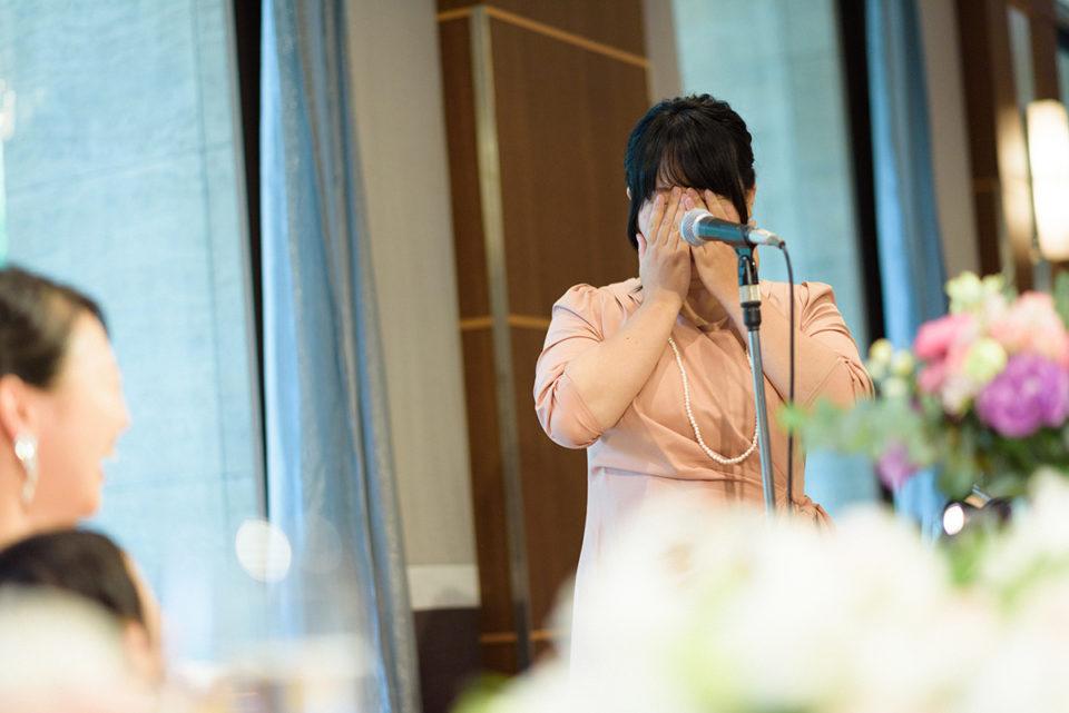 スピーチ中に顔を覆う女性ゲスト