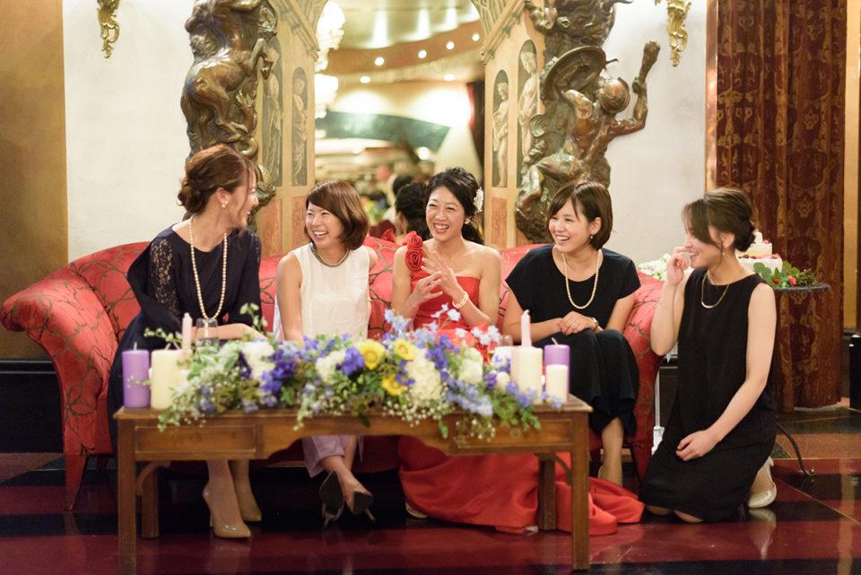 高砂で新婦と談笑する女性ゲストたち