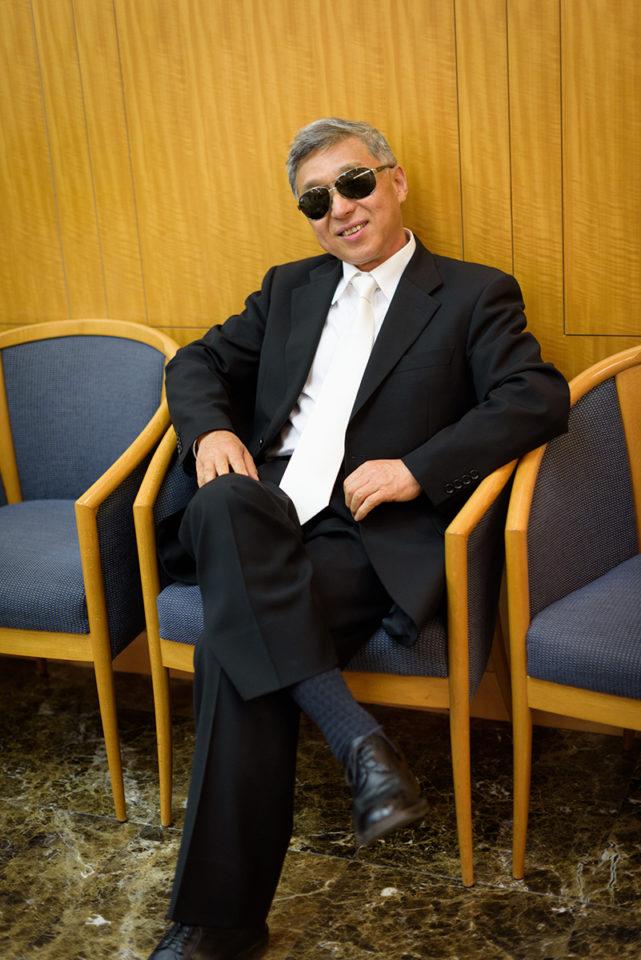 サングラスをかけて記念撮影をする男性ゲスト