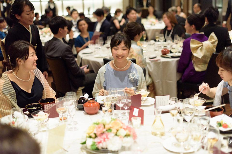 スピーチを終えてホッとした表情で席につく女性ゲスト