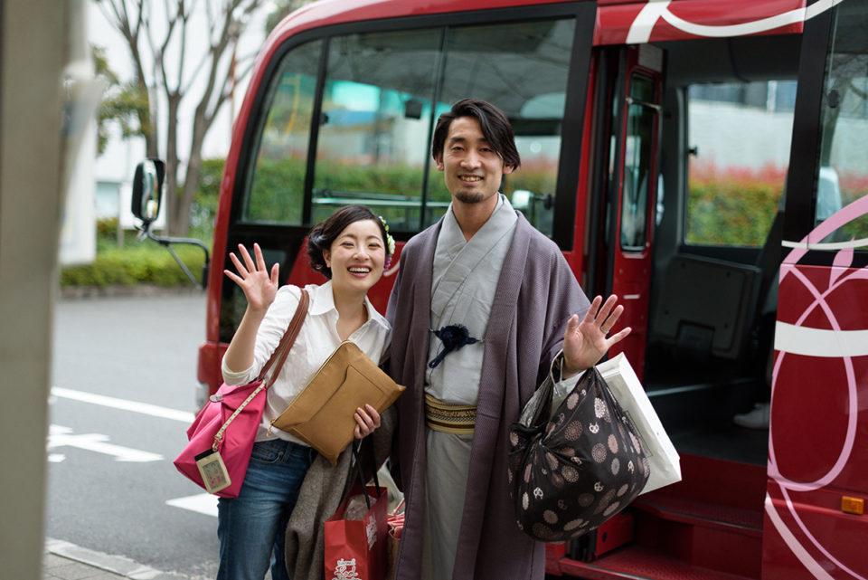 シェラトン都ホテルのシャトルバス前で手を振る新郎新婦