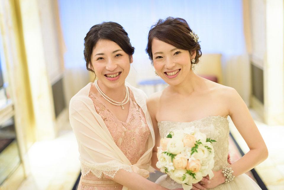 新婦とお姉さんとの記念写真
