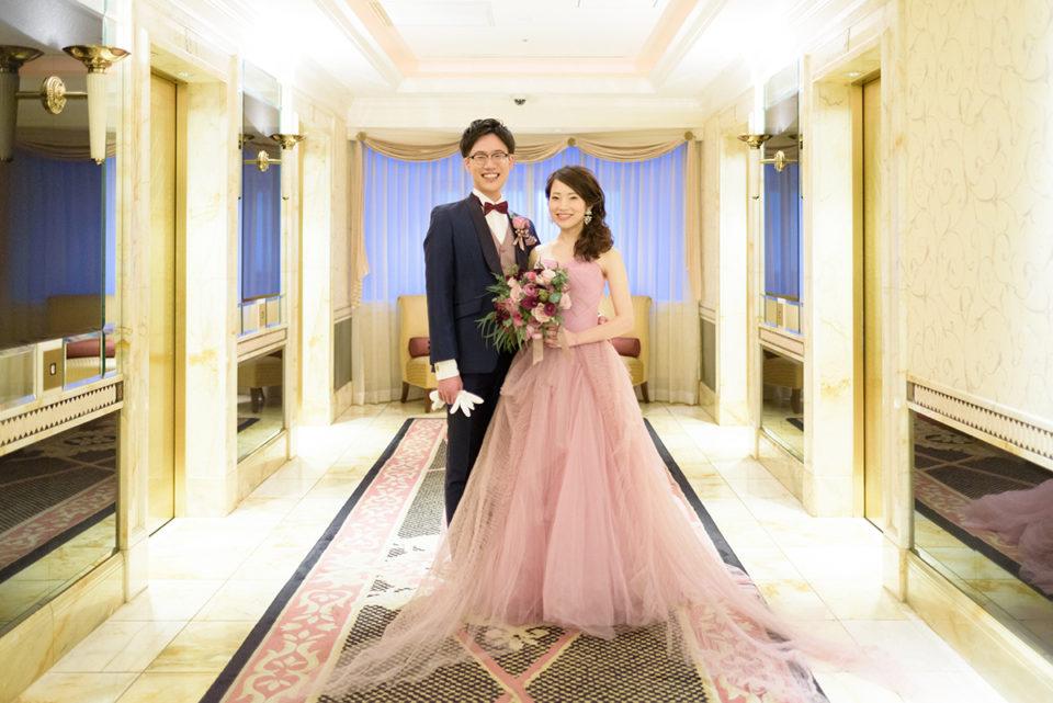 ウェスティンホテル東京のエレベーターホールでポーズ写真を撮る新郎新婦