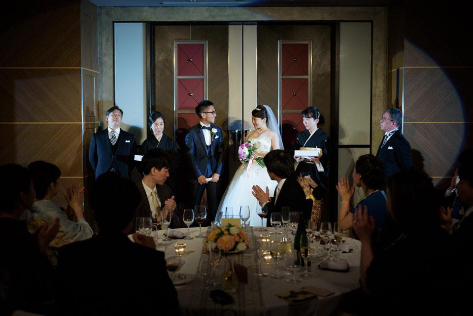 アッザレーアの扉前に並ぶ新郎新婦と両親