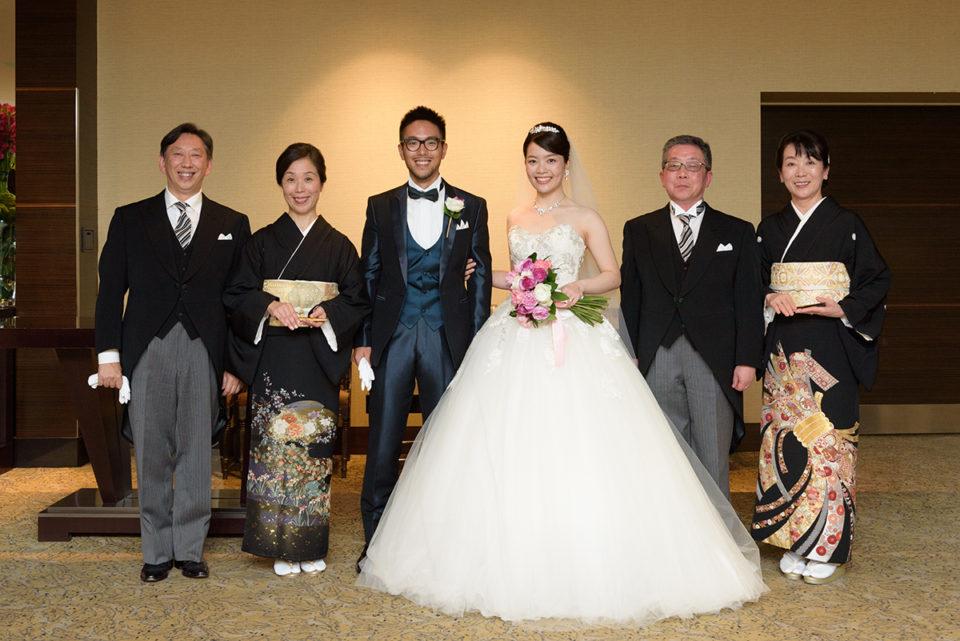アッザレーアのロビーで記念撮影をする新郎新婦と両家両親