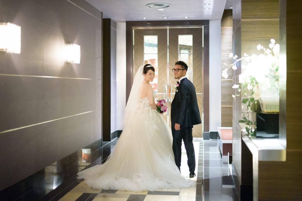 アッザレーアの廊下でカメラを振り返る新郎新婦