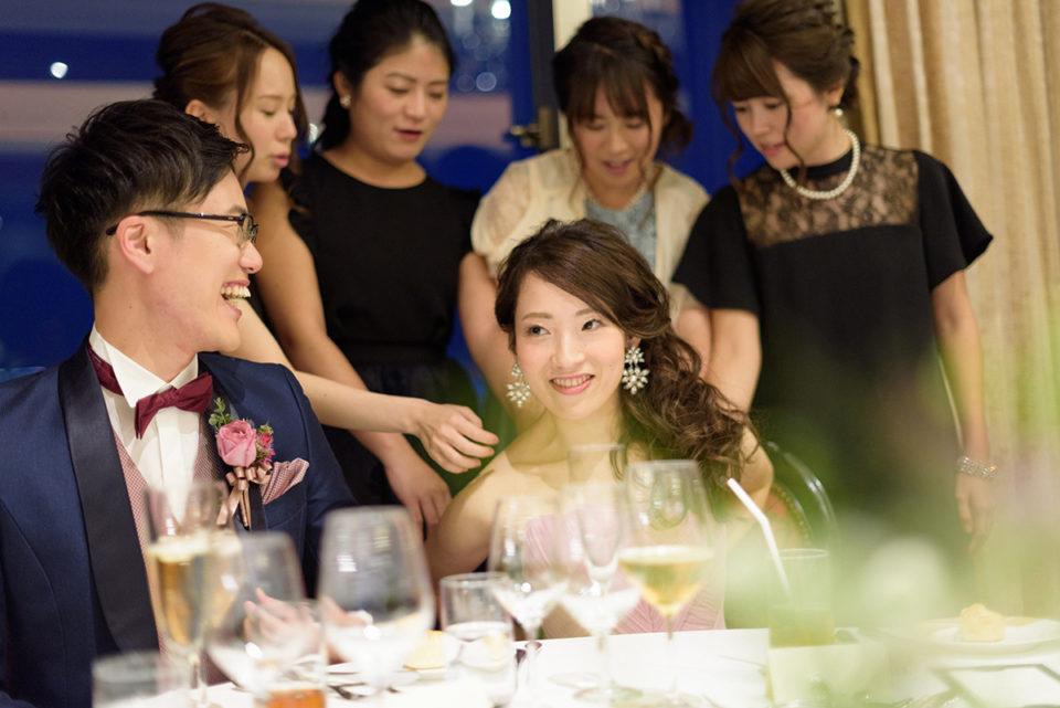 女性ゲストに触られる新婦