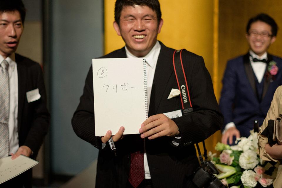 お絵かき伝言ゲームで解答を発表する男性ゲスト