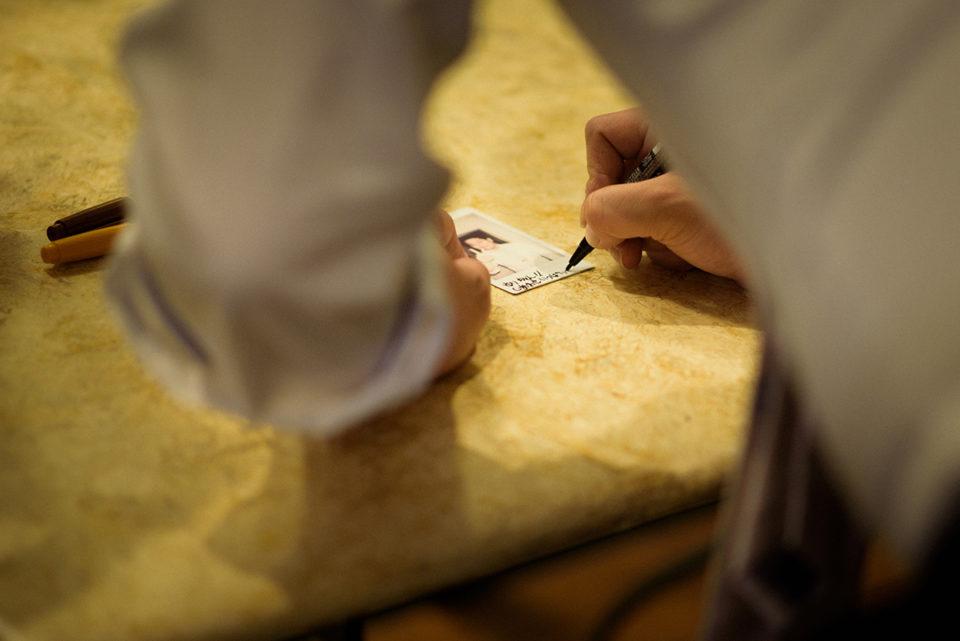 チェキにメッセージを書き入れる男性ゲスト