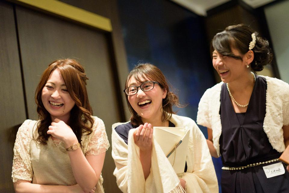 大笑いする女性ゲストたち