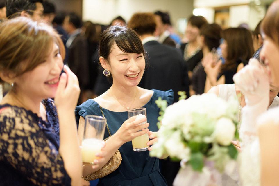 新婦と談笑する女性ゲスト