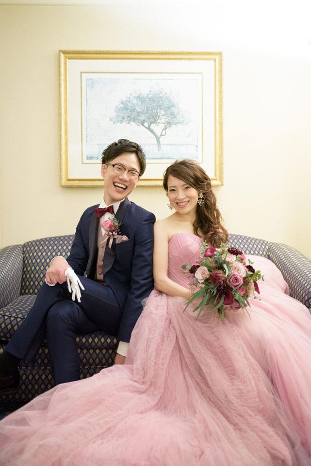ウェスティンホテル東京の客室のソファーでポーズ写真を撮る新郎新婦