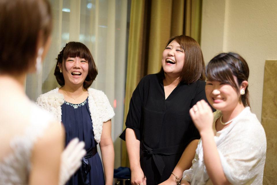 新郎新婦と談笑する女性ゲストたち