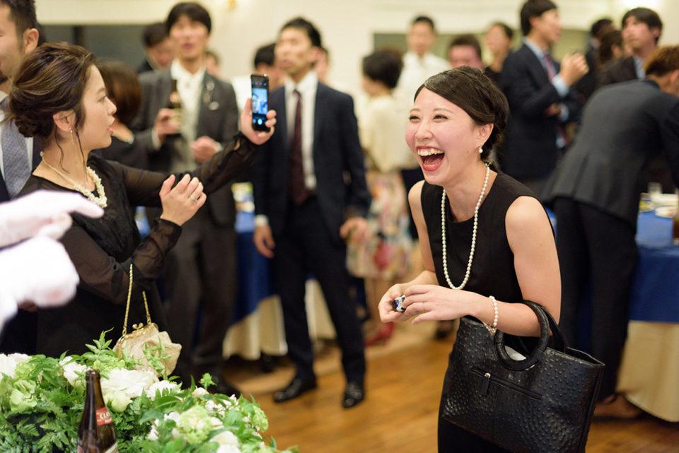 カメラを手に大笑いする女性ゲスト