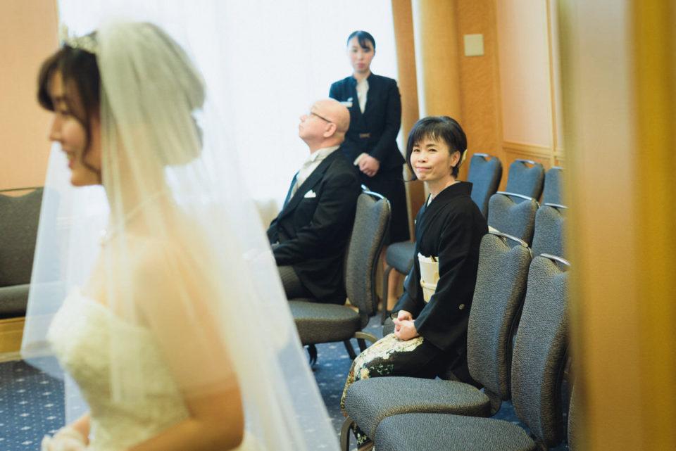 ウェスティンホテル東京の親族控室で新婦を見守るお母さん