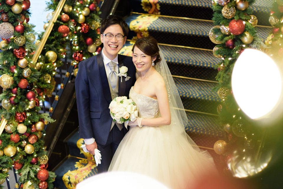 クリスマスのウェスティンホテル東京の階段でポーズ写真を撮る新郎新婦