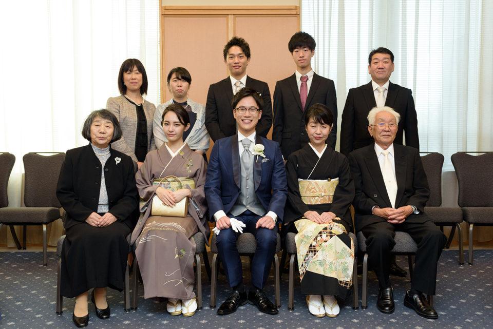 ウェスティンホテル東京の親族控室で記念撮影をする新郎親族