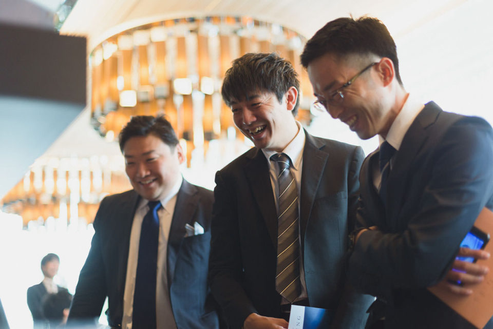 飾られた写真を見て笑う男性ゲスト