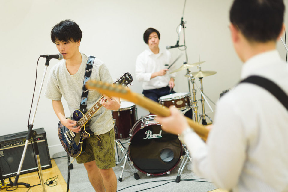 バンドのリハーサルをする新郎