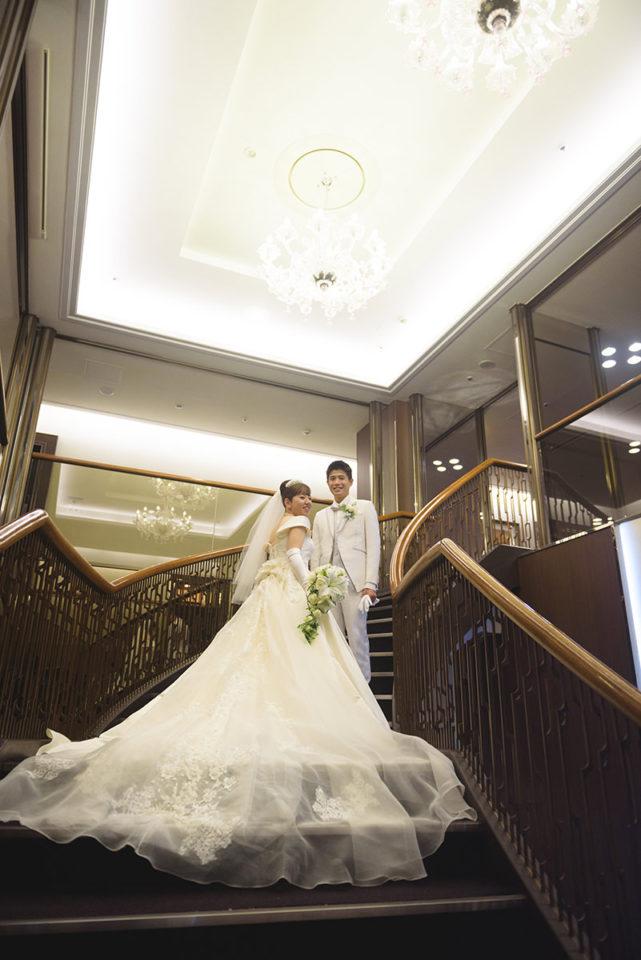 メトロポリタンエドモントの螺旋階段に立つ新郎新婦