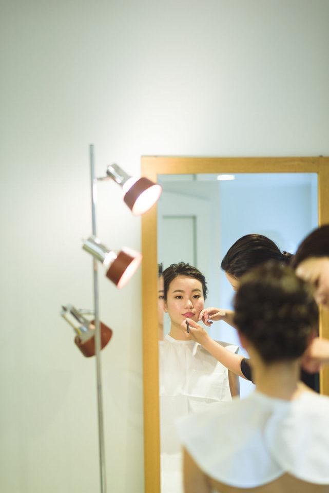 鏡越しのリップを塗る新婦