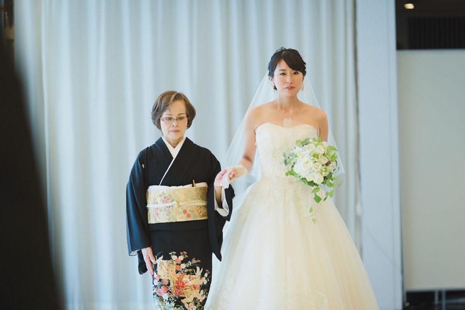 入場する新婦とお母さん