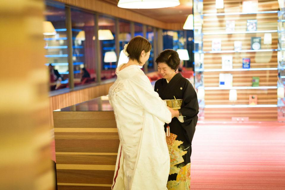ヒルトン東京でお母さんと手を取り合う新婦