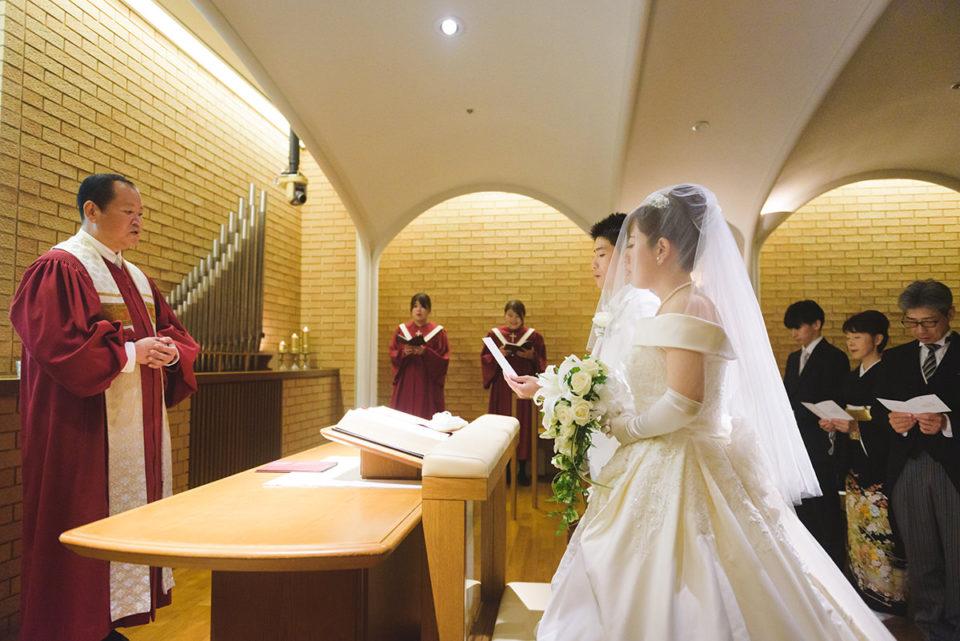 牧師と向かい合う新郎新婦