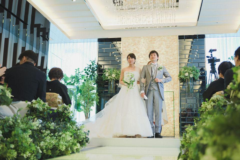 結婚宣言を受ける新郎新婦