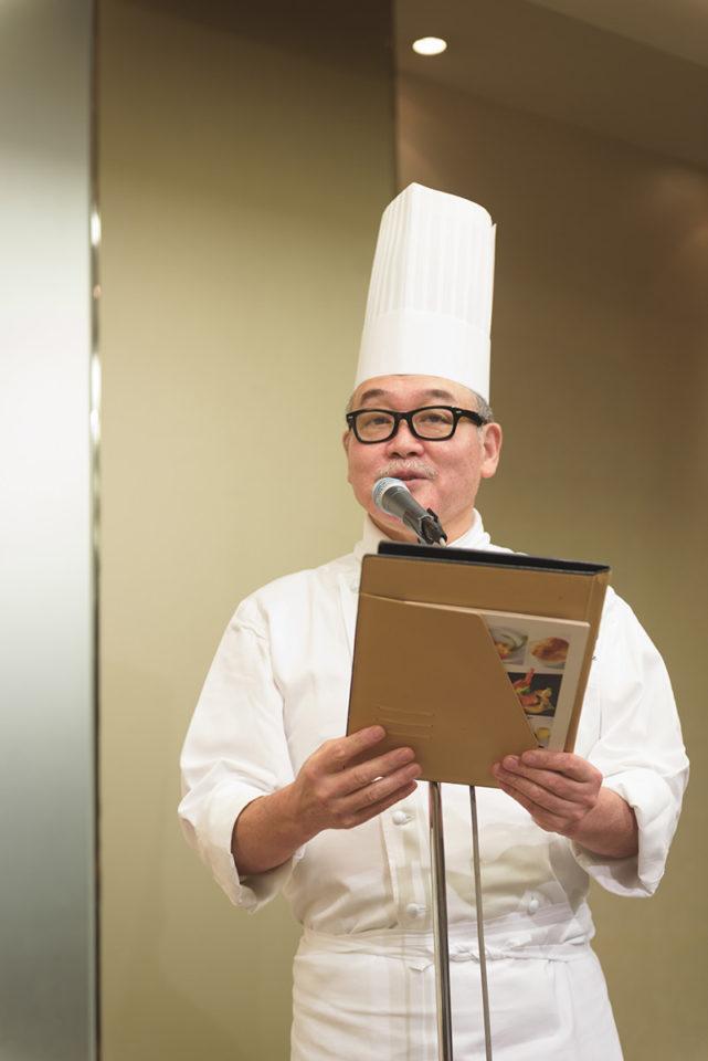 料理の紹介をするシェフ