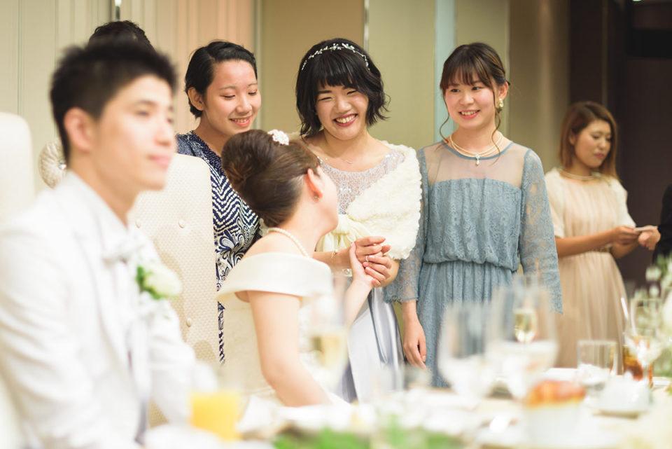 新婦を囲んで笑顔の友人たち
