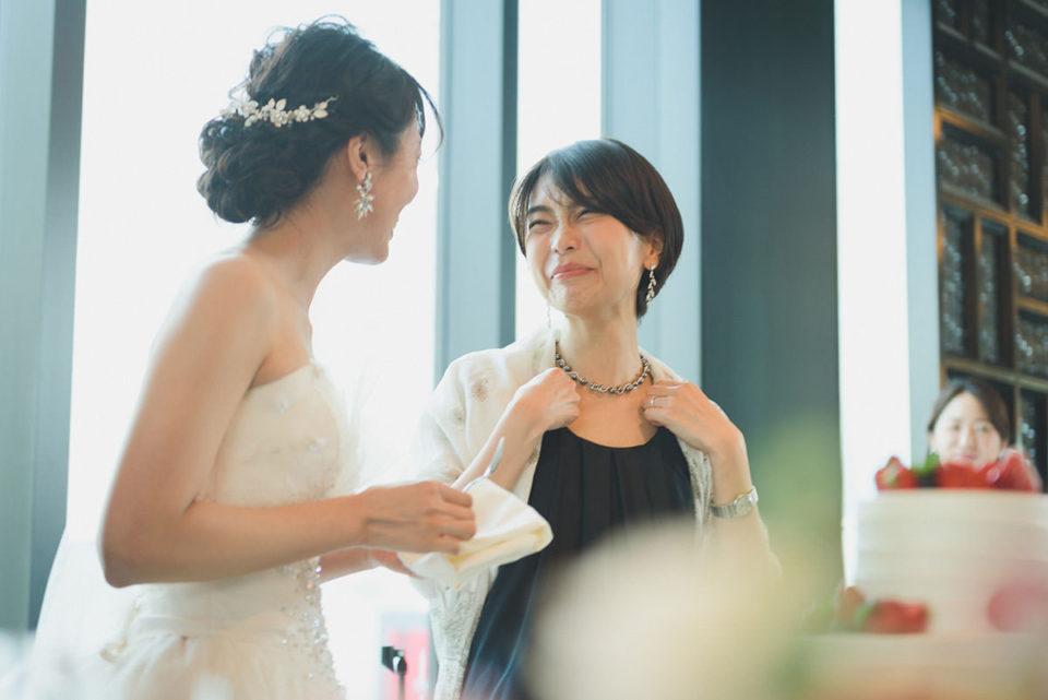サンクスバイト後に笑う女性ゲスト