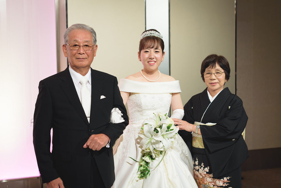 新婦と記念撮影をするおじいちゃんおばあちゃん